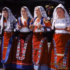 Sardinian girls dancing with their beautiful yellow/red dresses. Compare this with Turkish girls from Sivas below: